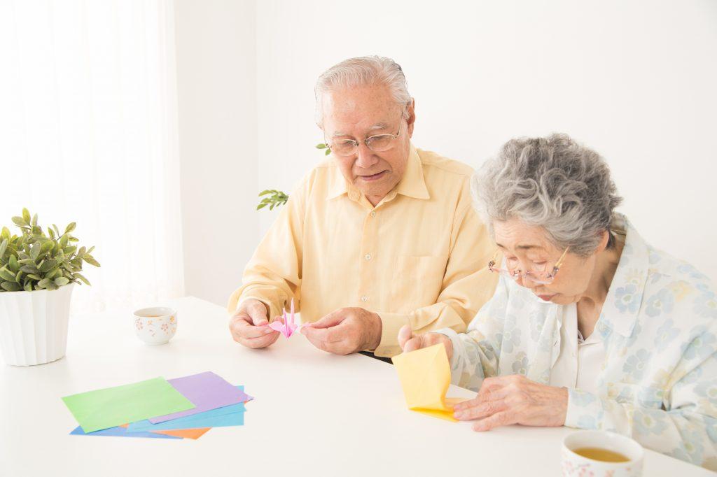 折り紙を折る老人
