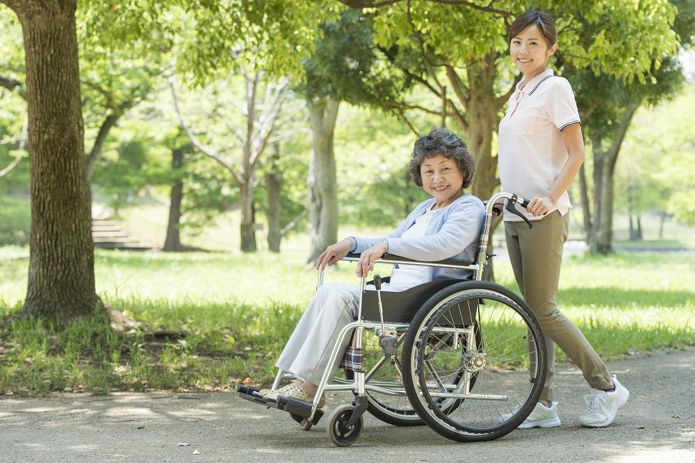 介護士と散歩