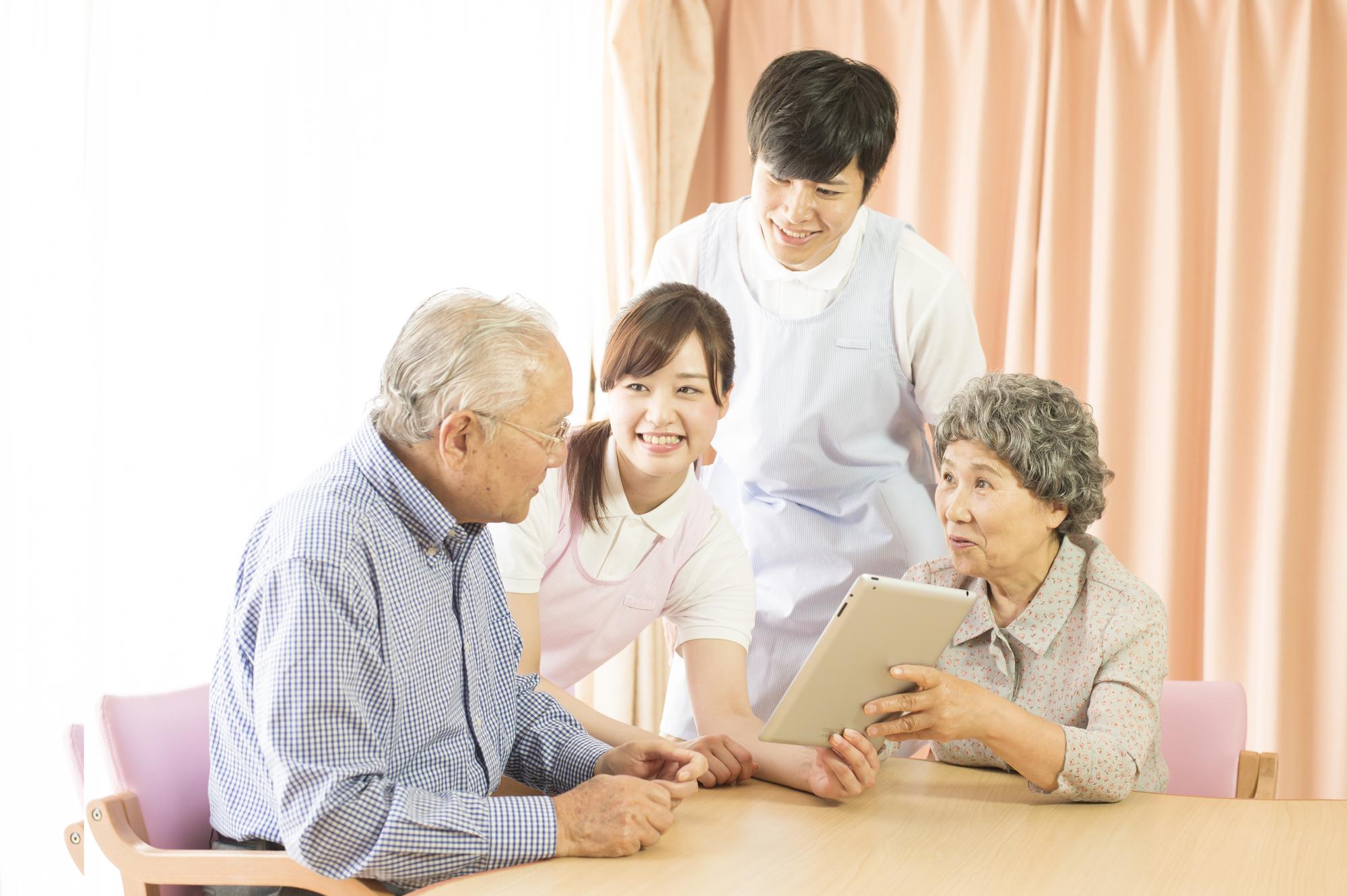 老夫婦と介護士