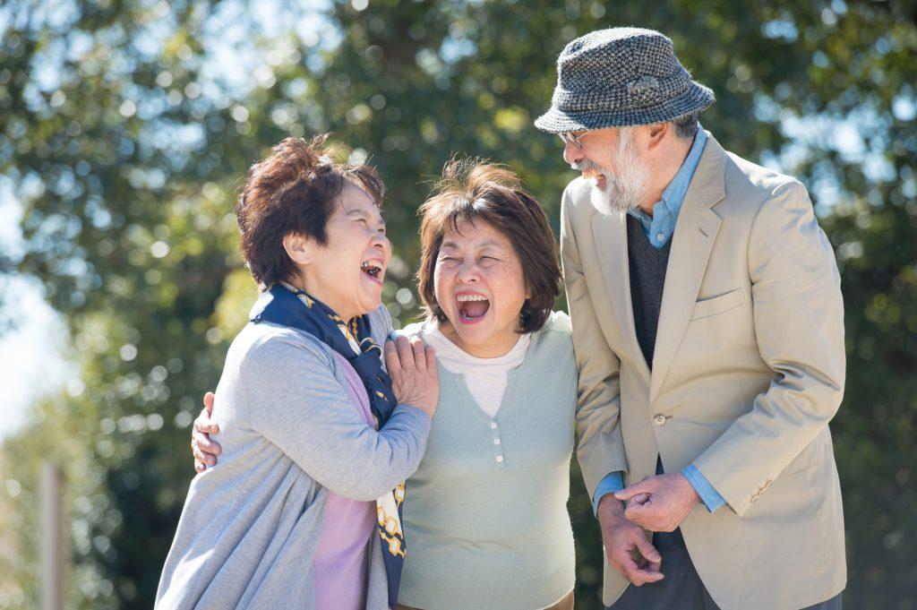 笑い合う家族