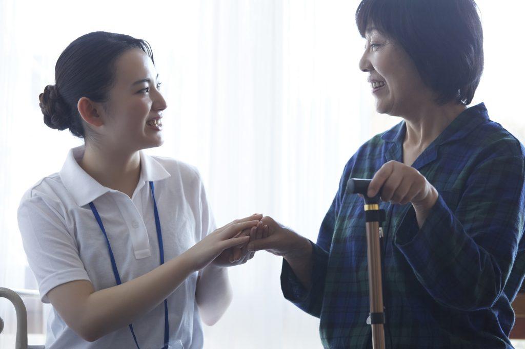 入居者の手を取る介護士