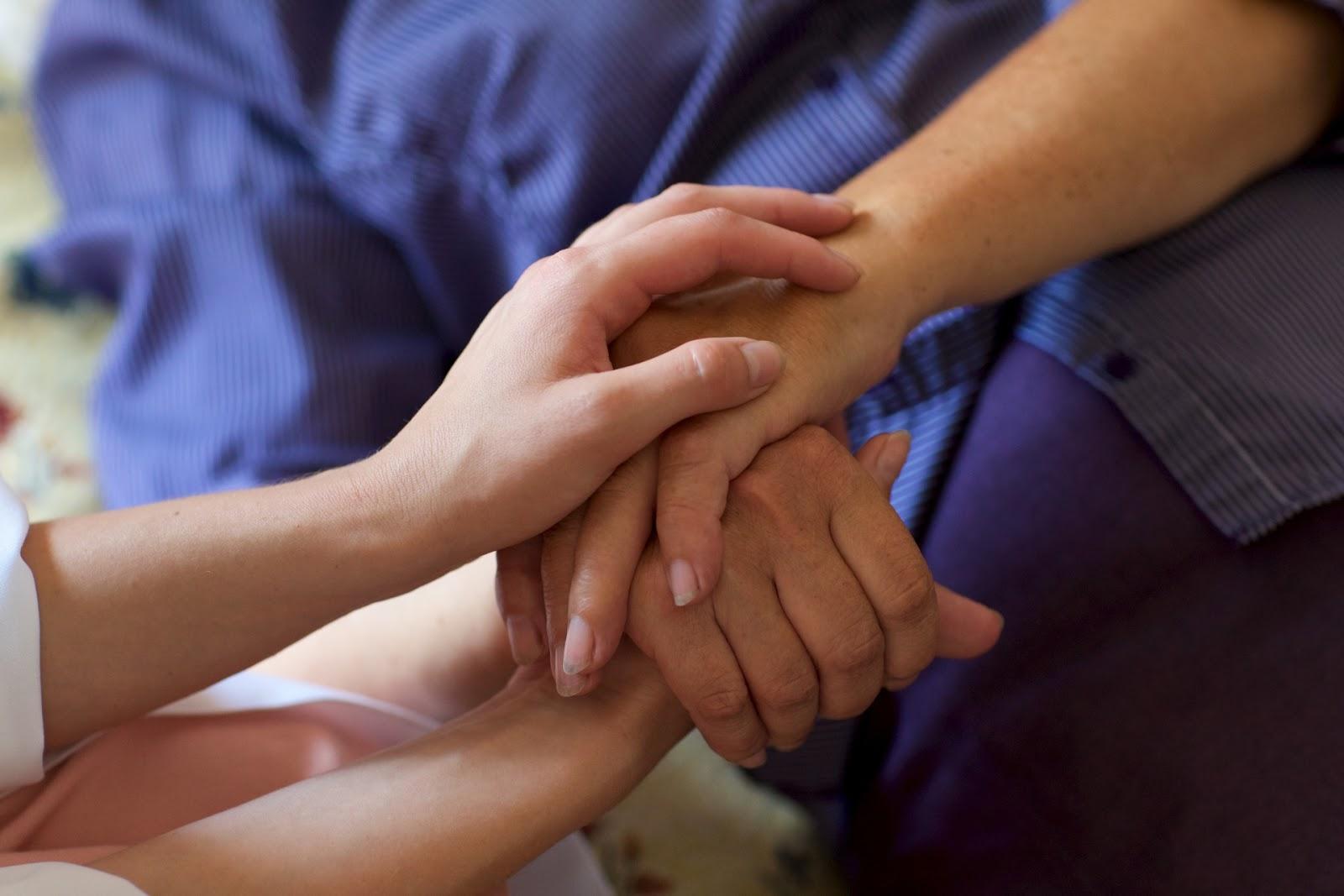 「尊厳死」とは?延命治療の意思表示や介護施設の終末期ケアについて