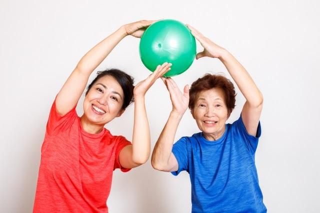 高齢者の運動は筋力低下予防に効果的!自宅でできる運動のポイントを解説